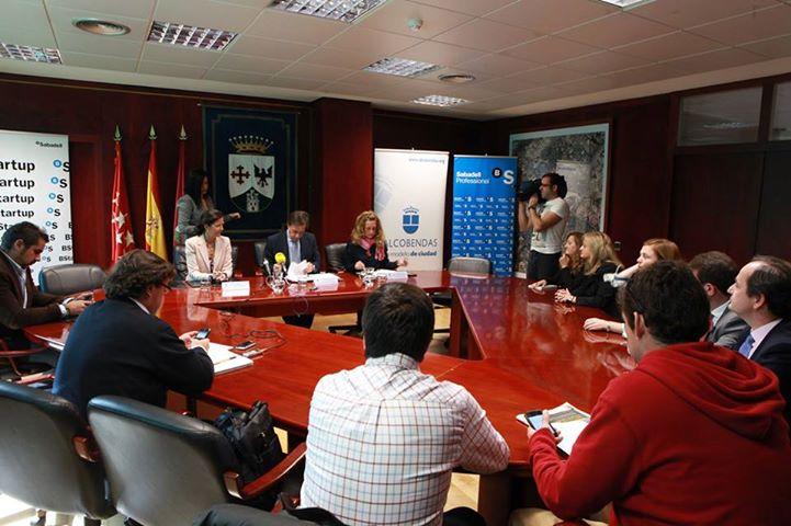 Al acto de firma han asistido el alcalde, Ignacio García de Vinuesa, la concejal de Desarrollo Económico, Elisabetta Bracco y la Directora Territorial del Banco de Sabadell, Blanca Montero.